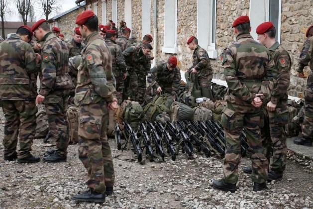 """Soldados franceses preparan sus equipos en la base militar de Satory , cerca de París, como parte del más alto nivel de plan de seguridad """" Vigipirate """" después de que militantes islámicos de la semana pasada ataca a 13 de enero de 2015. Francia desplegará 10.000 soldados en suelo propio para el martes y después de casi 5.000 policías adicionales para proteger sitios judíos después de la matanza de 17 personas por parte de militantes islamistas en París la semana pasada , dijeron las autoridades. REUTERS"""