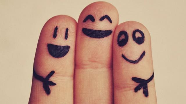 tres-dedos-figurando-trio-de-amigos-sonrientes-y-felices-fondo-gris