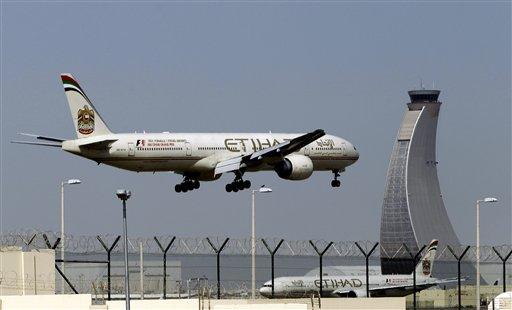 Foto: un avión de Etihad aterriza en el aeropuerto de Abu Dhabi, Emiratos Arabes Unidos. Cientos de pasajeros aéreos desembarcaron en San Francisco, a salvo pero furiosos porque un vuelo de ultramar de 28 horas incluyó 12 horas en una pista en el Medio Oriente sin alimentos ni información precisa. / AP