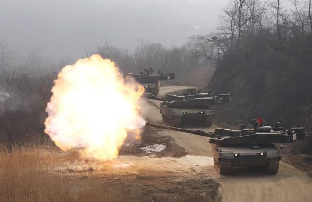 Tanques surcoreanos participan en unas maniobras militares durante el vigésimo aniversario de la División de Infantería Mecanizada en Corea del Sur hoy, miércoles 11 de febrero de 2015. EFE/Kim Hee-Chul