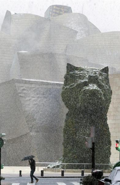Euskadi afronta la llegada de un temporal de nieve, con cotas que bajarán a los 100 metros e incluso podrían situarse al nivel del mar, sobre todo en Gipuzkoa, por lo que los servicios de tráfico y protección civil están alerta para hacer frente a sus consecuencias. En la imagen, Puppy, el enorme perro diseñado por Jeff Koons que vigila la entrada al Museo Guggenheim Bilbao, bajo la nevada. EFE/LUIS TEJIDO.