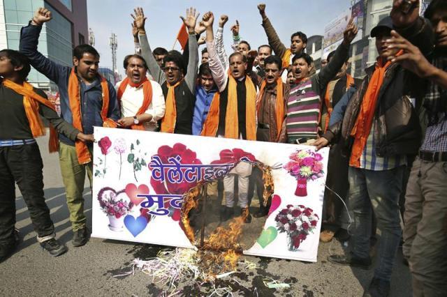 Activistas de la organización radical hindú Shiv Sena queman una pancarta y corean consignas durante una protesta contra la celebración del Día de San Valentín en Amritsar (India) hoy, miércoles 11 de febrero de 2015. Los manifestantes afirman que la tradición de celebrar este díav va contra la cultura y ética indias y no debería promocionarse. EFE/Raminder Pal Singh