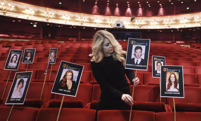 Las fotografías de los nominados a los premios Bafta son colocados en las butacas de la Royal Opera House en Londres (Reino Unido) hoy, miércoles 4 de febrero de 2015. Los premios Bafta se celebrarán el próximo 8 de febrero. EFE/Andy Rain