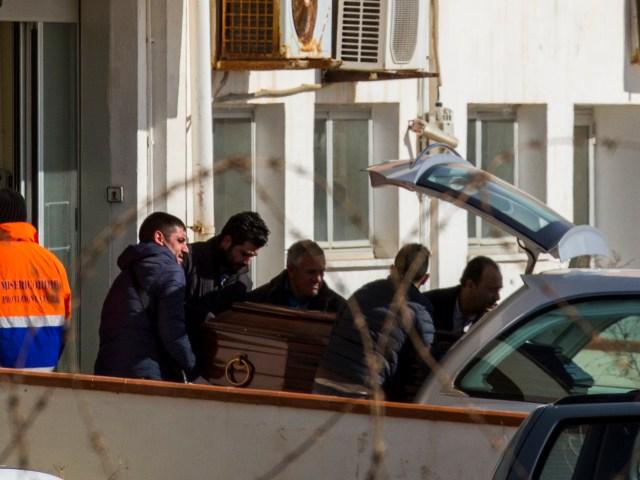 El ataúd de uno de los 29 inmigrantes que murieron de hipotermia durante el recorrido de Libia hacia Europa esta semana es colocado en una carroza para ser transportado a Sicilia, Italia, el miércoles 11 de febrero de 2015. También el miér