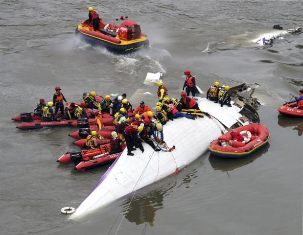Miembros de los servicios de rescate continúan trabajando en el rescate del avión de pasajeros de TransAsia estrellado en el río Jilong en Taipei (Taiwán) hoy, miércoles 4 de febrero de 2015. El número de fallecidos en el accidente de un avión de TransAsia Airways hoy en Taiwán ha aumentado a 12 personas, mientras que al menos otras 16 han resultado heridas, según los últimos datos ofrecidos por la agencia taiwanesa CNA. El avión, en el que viajaban 58 personas -entre ellas, 5 miembros de la tripulación-, se precipitó al río Jilong de Taipei tras realizar un giro brusco cuando perdía altura y golpear un viaducto por causas desconocidas. EFE/David Chang