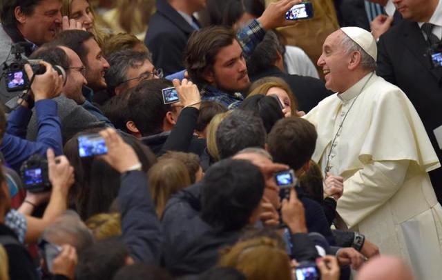 El papa Francisco saluda a los fieles durante la audiencia general celebrada en el aula Pablo VI en el Vaticano hoy, miércoles 4 de febrero de 2015. EFE/Ettore Ferrari
