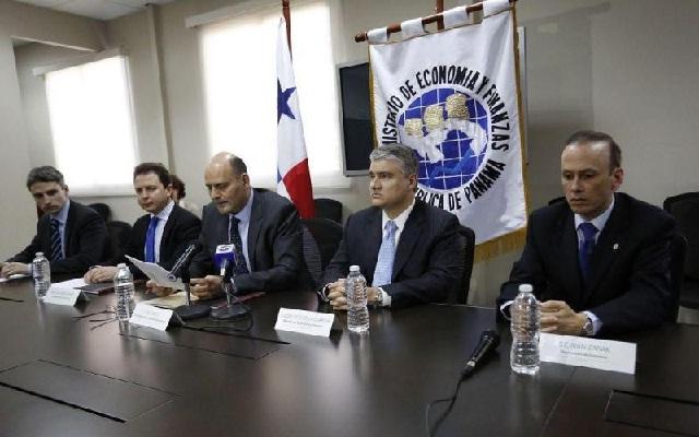 Dulcidio De La Guardia, ministro del MEF, junto a Luca Antonio Ricci, representante del FMI / Foto La Estrella