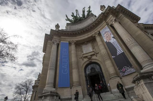 Vista de carteles que anuncian la retrospectiva del diseñador francés Jean Paul Gaultier en la fachada de la entrada del Grand Palais, en París, Francia, hoy, lunes 30 de marzo de 2015. La muestra, que ha recorrido ciudades como Melbourne, Madrid, Nueva York y Londres, permanecerá abierta desde el 1 de abril hasta el 3 de agosto de 2015. EFE/Ian Langsdon