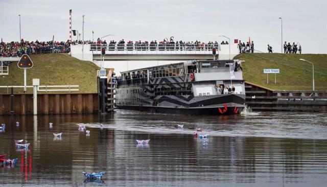 La reina Máxima de Holanda (al fondo) a bordo de un barco asiste a la inauguración del Canal Maxima en Rosmalen (Holanda) hoy, jueves 5 de marzo de 2015. El paso fluvial es un nuevo canal de nueve kilómetros entre Mass y Willemsvaart Sur, en Den Dungen. EFE/Remko de Waal