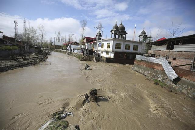 Vista de las inundaciones en una zona residencial en Srinagar, capital de la parte de Cachemira bajo administración india, hoy, lunes 30 de marzo de 2015. EFE/Farooq Khan