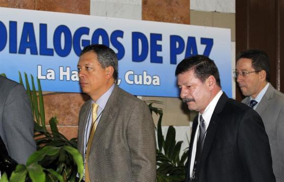 Foto: Los generales del ejército colombiano Orlando Romero y Javier Alberto Florez  llegan al Palacio de Convenciones para una nueva jornada de conversaciones de paz con las Fuerzas Armadas Revolucionarias de Colombia (FARC)  / EFE