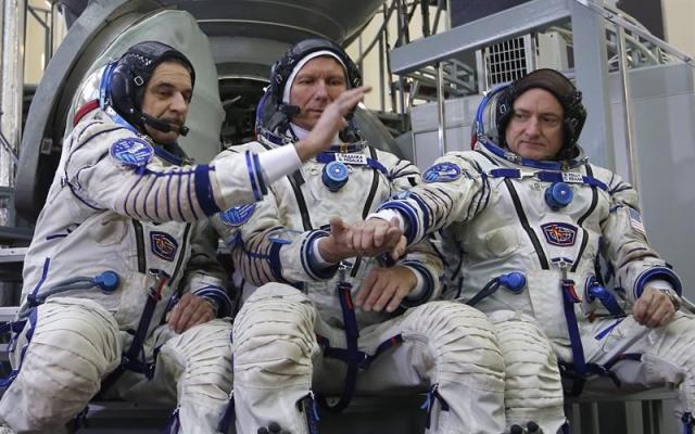 Los miembros de la próxima misión a la Estación Espacial Internacional (EEI) los cosmonautas rusos Mikhail Korniyenko (izq) y Gennady Padalka (c) y el astronauta estadounidense Scott Kelly (dcha) posan para los fotógrafos antes de pasar los exámenes de prelanzamiento en un simulador del cohete Soyuz en el Centro de Entrenamiento de Cosmonautas en la Ciudad de las Estrellas, a las afueras de Moscú (Rusia) hoy, jueves 5 de marzo de 2015. El lanzamiento de la nave está previsto para el próximo 27 de marzo. EFE/Sergei Chirikov
