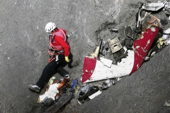 Foto: Un socorrista revisa restos del avión Airbus A320 de Germanwings estrellado en los Alpes franceses / Reuters
