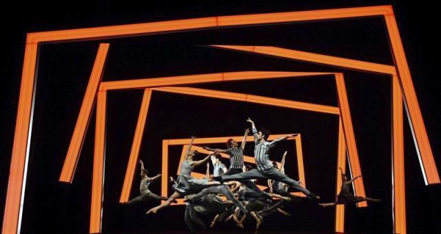"""Bailarines durante el ensayo final del espectáculo """"El Mesías"""" en Halle (Alemania), el 15 de abril de 2015. La obra está dedicada a uno de los oratorios más importantes compuestos por el alemán Georg Friedrich Händel y se estrenará el 17 de abril. EFE/Hendrik schmidt"""
