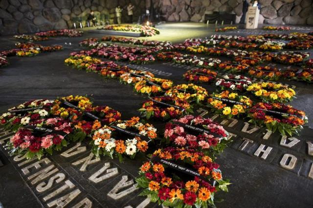 Varias coronas de flores depositadas en la Sala del Recuerdo del complejo conmemorativo del Holocausto Yad Vashem en Jerusalén (Israel) durante la jornada nacional en recuerdo a las víctimas del Holocausto hoy jueves 16 de abril de 2015. EFE/Abir Sultan