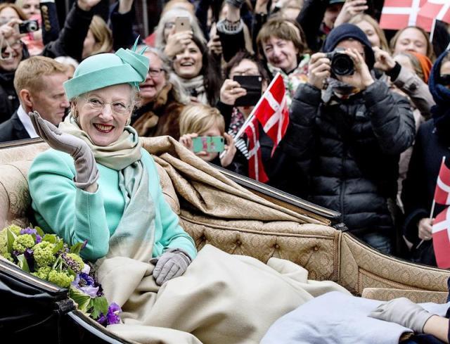 La reina Margarita de Dinamarca saluda a los ciudadanos a bordo de un carruaje mientras recorre la calle Stroeget desde el Palacio de Amalienborg al Ayuntamiento de Copenhague (Dinamarca) hoy, jueves 16 de abril de 2015. La monarca cumple hoy 75 años. EFE/Bax Lindhardt