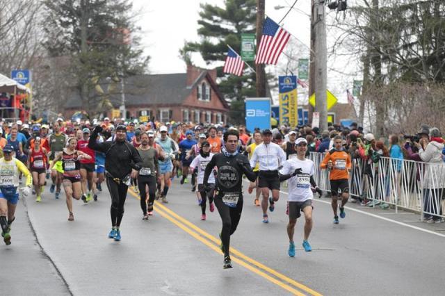 Vista del comienzo del la carrera masculina del maratón de Boston, Massachusetts, Estados Unidos hoy 20 de abril de 2015. El maratón de Boston, el más longevo del mundo, celebra hoy su 119 edición, con la difícil tarea de repetir la gesta de Meb Keflezighi, que se convirtió el año pasado en el primer estadounidense en ganar la prueba desde 1983. EFE/Katherine Taylor