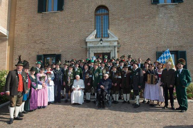 Fotografía facilitada por L'Osservatore Romano que muestra al papa emérito Benedicto XVI (c) durante la celebración de su 86 aniversario en Castel Gandolfo, cerca de Roma, Italia, hoy, 16 de abril de 2015. EFE/OSSERVATORE ROMANO FOTO CEDIDA/