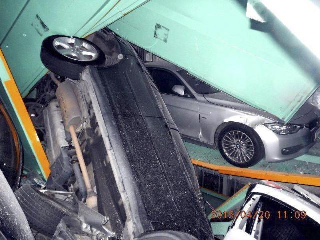 Fotografía facilitada por el Departamento de Bomberos de Taipei que muestra varios coches amontonados y con destrozos ocasionados por un terremoto en un aparcamiento de Taipei, Taiwán, hoy, lunes 20 de abril de 2015. El terremoto de 6,3 grados de magnitud en la escala de Richter que sacudió hoy el norte de Taiwán causó sólo dos heridos y apenas dejó daños materiales importantes, aunque sí se vivieron escenas de pánico en la zona, la más densamente poblada de la isla. EFE