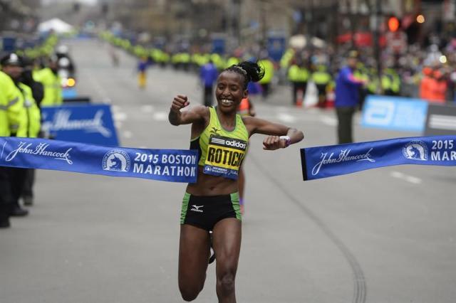 La keniata Caroline Rotich celebra su victoria en la carrera femenina del maratón de Boston, Massachusetts, Estados Unidos hoy 20 de abril de 2015. El maratón de Boston, el más longevo del mundo, celebra hoy su 119 edición, con la difícil tarea de repetir la gesta de Meb Keflezighi, que se convirtió el año pasado en el primer estadounidense en ganar la prueba desde 1983. EFE/Cj Gunther