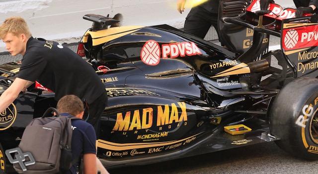 El equipo Lotus rotuló sus carros para el GP de España con el nombre de la nueva película de WarnerBros