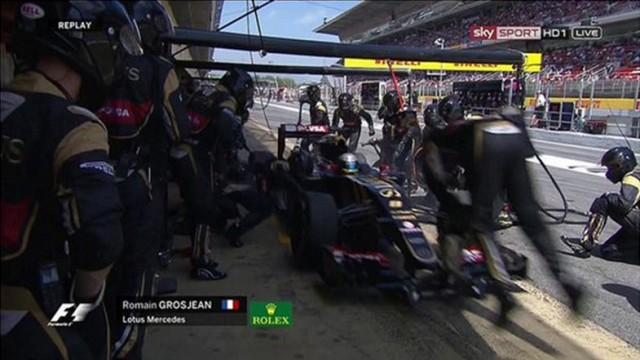 """Grosjean frena largo en el pit de Lotus, causando que el operador del """"gato"""" recibiera un impacto / Toma de pantalla"""