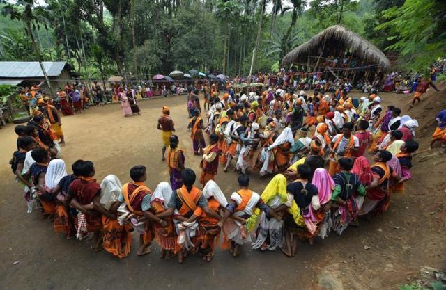 Chicos y chicas de la tribu Tiwa con sus trajes tradicionales participan en el festival Moinari Kanthi Misawa en un pueblo en la frontera de Assam y Meghalaya, cerca de Guwahati (India) ayer. El festival es uno de los más populares entre el clan Magro de los Tiwas y se celebra cada cinco años. Este festival se celebra especialmente para adorar a la diosa Kabla Mindai con el sacrificio de un buey, una cabra y un cerdo. EFE/Str