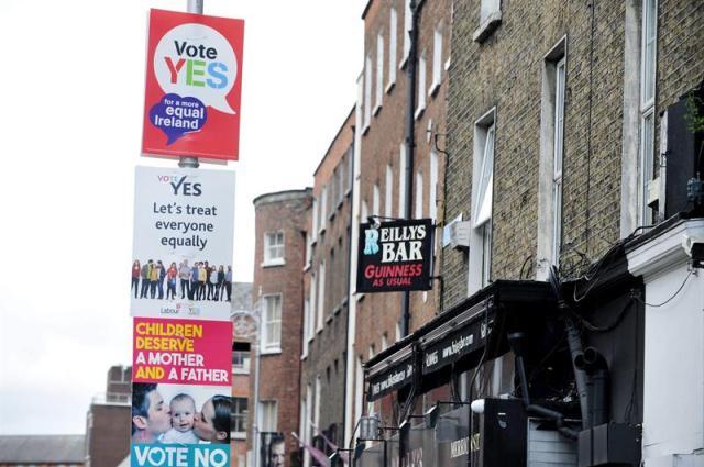 """Carteles que promueven el """"sí"""" y el """"no"""" en el referéndum sobre las bodas de parejas del mismo sexo en Dublín (Irlanda) hoy, martes 19 de mayo de 2015. Las encuestas apuntan a que el país votará a favor del sí en el referéndum que se celebrará el próximo 22 de mayo. EFE/Aidan Crawley"""