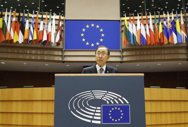 """El secretario general de la ONU, Ban Ki-moon, interviene en un pleno de la Eurocámara, en el Parlamento Europeo de Bruselas, Bélgica, hoy, miércoles 27 de mayo de 2015. Ban Ki-Moon pidió hoy a los Veintiocho que acepten el sistema de cuotas para repartir a los 40.000 demandantes de asilo en la Unión Europea y felicitó a Bruselas por poner en marcha una propuesta que dijo """"es un ejemplo para otras regiones del mundo"""". EFE/Julien Warnand"""