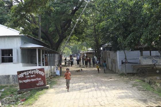Foto: Campo de refugiados rohinyás de Kutupalong, en el distrito bangladesí de Cox's Bazar. La proximidad y el vínculo cultural convirtieron a Bangladesh durante décadas en la principal esponja de refugiados de la minoría musulmana rohinyá, pero la vida no es más fácil aquí que en Birmania y solo refuerza la idea de buscar el Dorado malasio / EFE