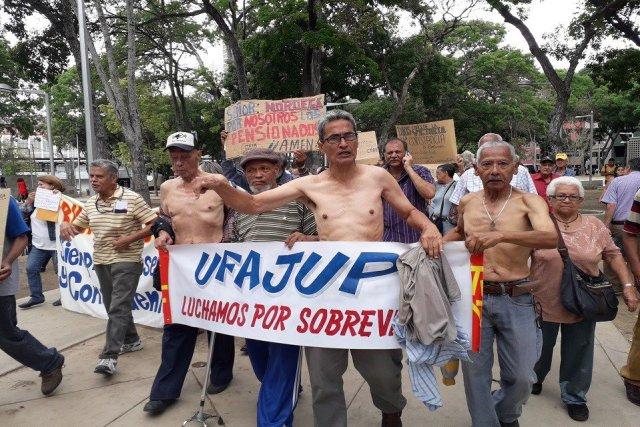 Jubilanos y pensionados protestan sin camisas en contra de Maduro. Cortesía.