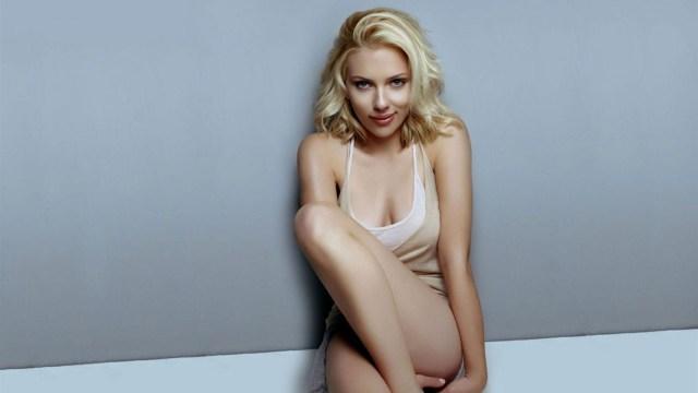 Scarlett Johansson - ¡A AHORRAR SE HA DICHO! Scarlett Johansson subasta sus nalgas en un mercado británico (CAPTURA)