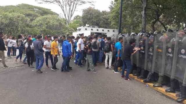 Estudiantes de la UCV confrontan a militares venezolanos. Fotos: @jacksonvodopija