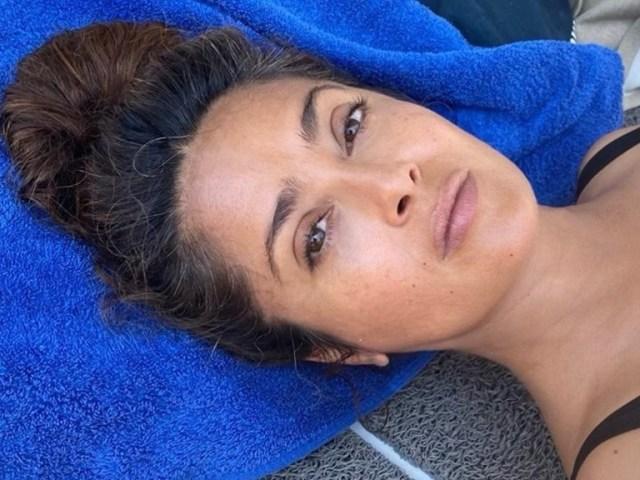 salma hayek 2 1 - Salma Hayek sorprende al mundo con su bikini en las redes sociales