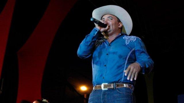 vitico castillo - ¡Eso dolió! El cantante Vitico Castillo recibió una dosis de patria por defender a Diosdado (Video)