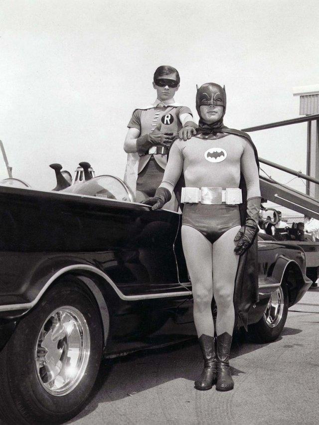 QBBFGEMK5ZA3VH7RP7UNVYLVJE - A 55 años del estreno de Batman en TV: Calzas ajustadas, onomatopeyas, villanos famosos y la locura de la Batimanía
