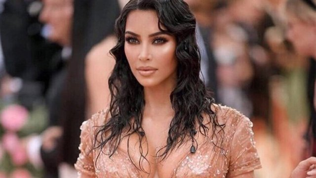ZJ75SHRIRBA3JPERTDLEL2E7F4 - Las atrevidas fotos de Kim Kardashian en diminuto bikini que causaron conmoción en las redes