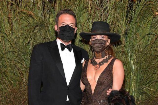 1 40 - El apasionado beso con mascarilla de Jennifer Lopez y Ben Affleck en la MET Gala 2021 (FOTOS)