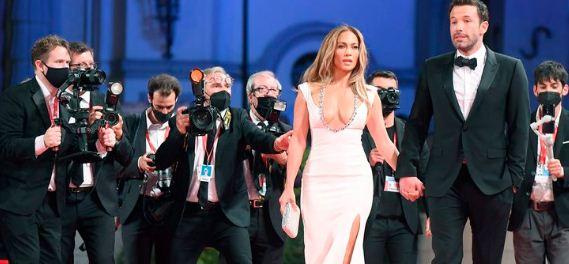 4 14 - El apasionado beso con mascarilla de Jennifer Lopez y Ben Affleck en la MET Gala 2021 (FOTOS)