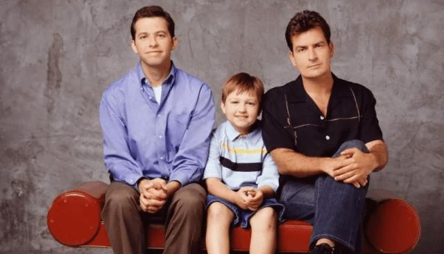 """Two and a half men fue una serie estadounidense protagonizada hasta su octava temporada por Charlie Sheen Jon Cryer y Angus T. Jones. - ¡Irreconocible! El cambio de vida del niño de """"Two and a Half Men"""" tras cansarse de la actuación (Fotos)"""