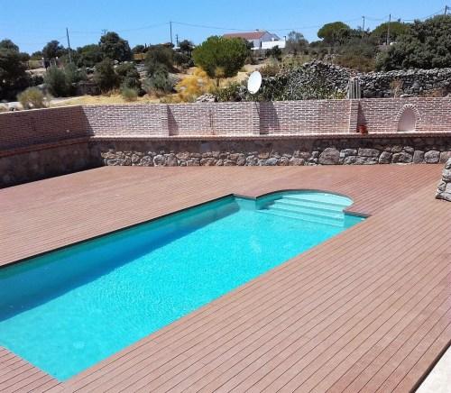 Playa de piscina con madera sintética