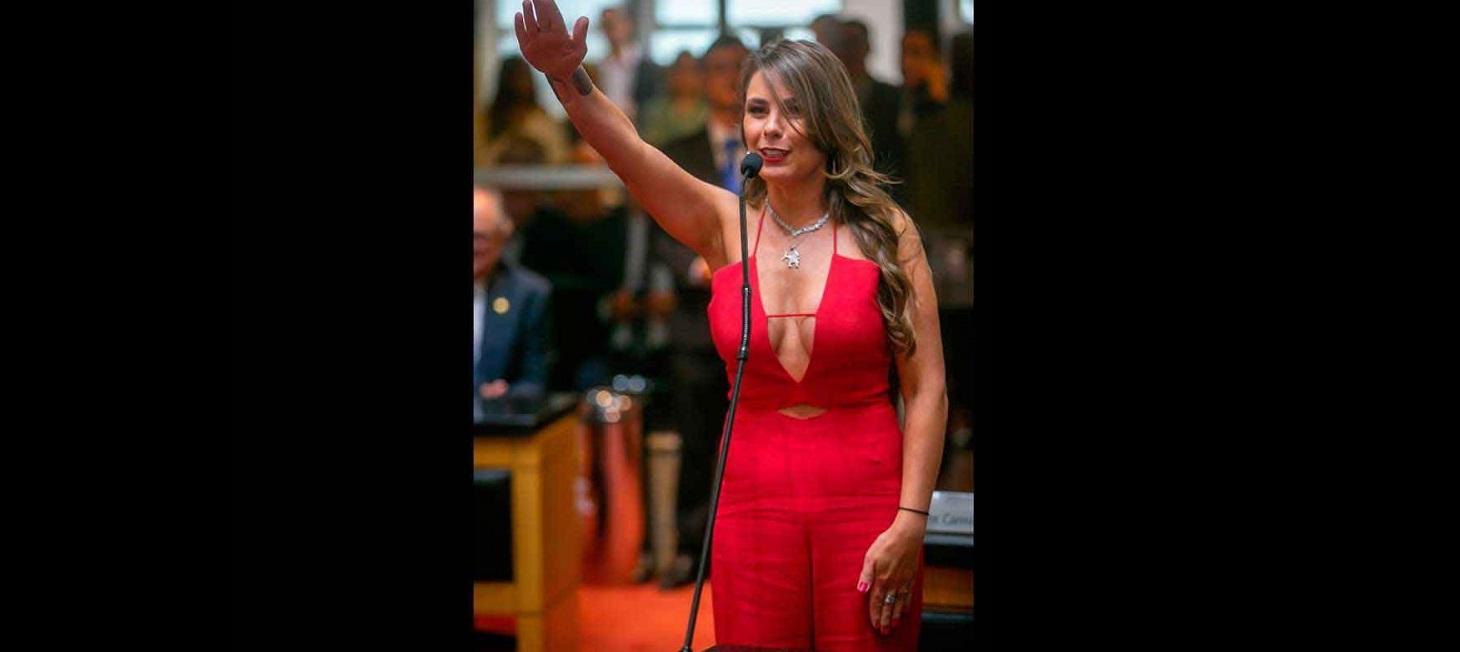 Atacan a diputada de Brasil por escote y ella dice que no cambiará