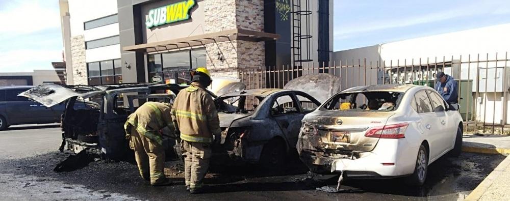 Incendio de tres vehículos en plaza ramacoi moviliza a autoridades