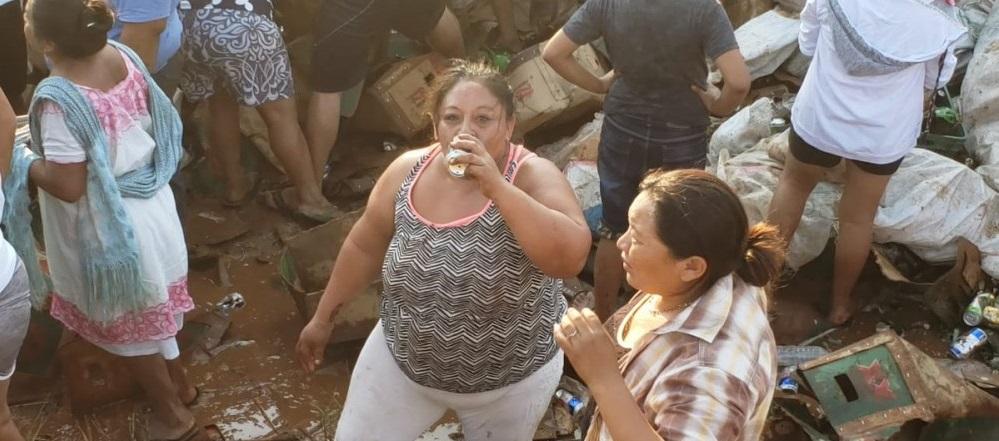 Vuelca camión con cerveza en Campeche y pobladores se llevan hasta las llantas