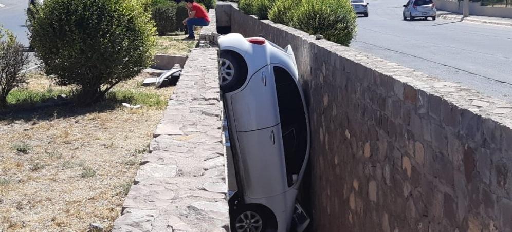 Cae a canaleta de desagüe por el exceso de velocidad