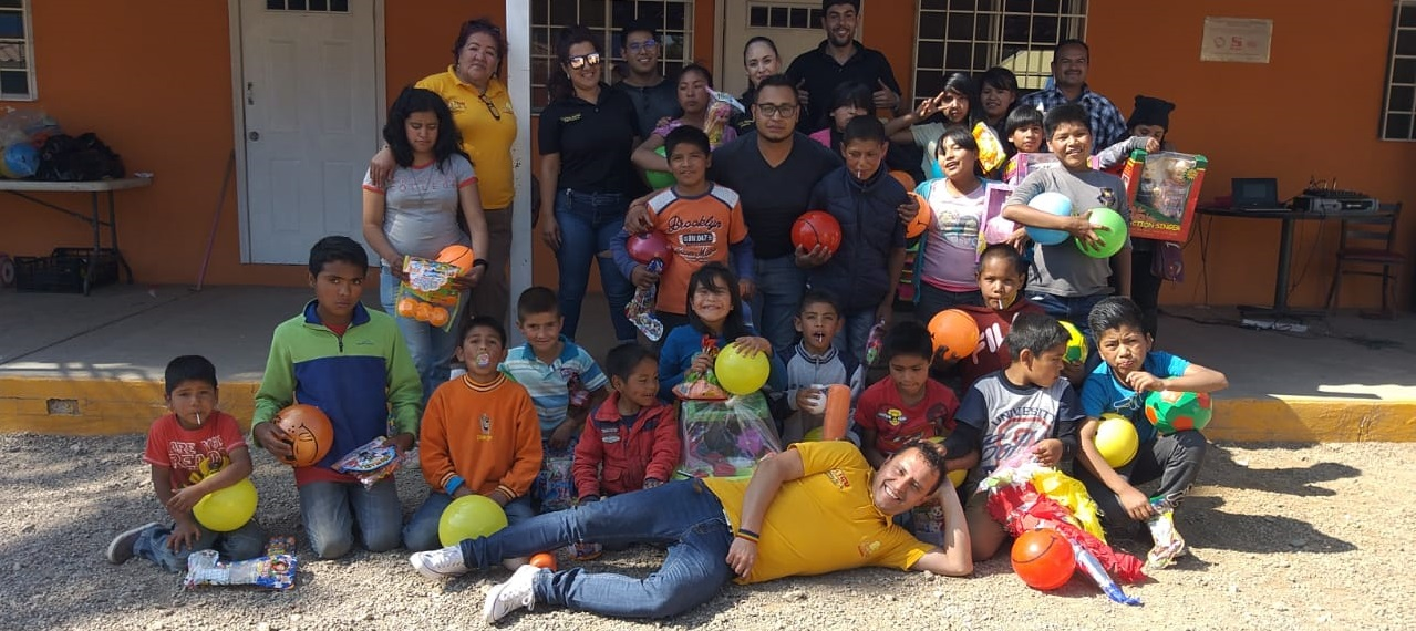 Abren puertas y corazón niños de la casa hogar a equipo de la radio en Guachochi