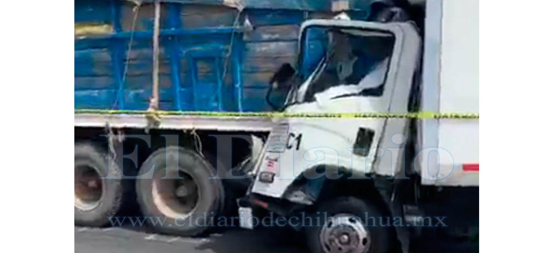Choca a camión estacionado en carretera y muere prensado