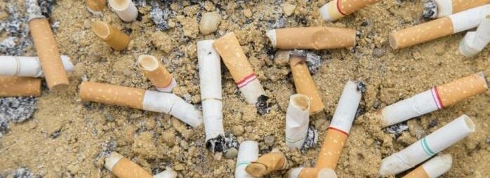 Los cigarros contaminan más el mar que los popotes