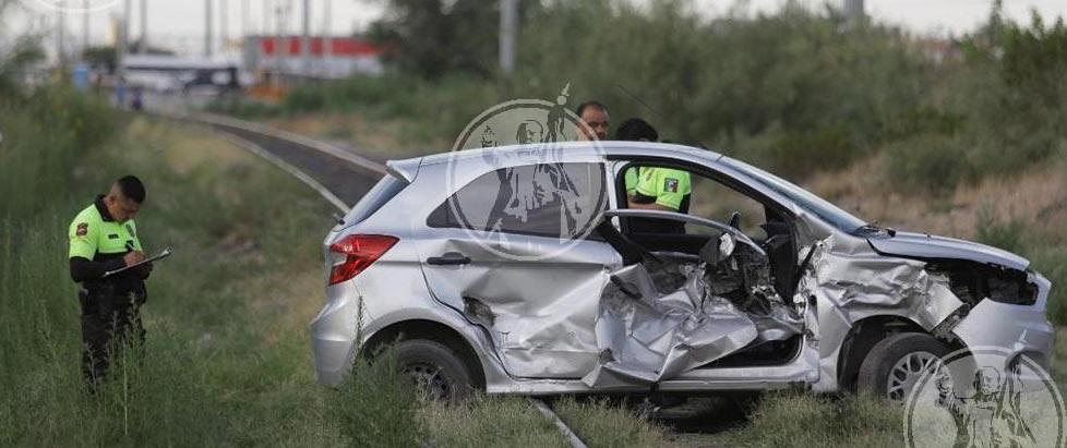 Destroza auto tras intentar ganarle al tren en Juárez