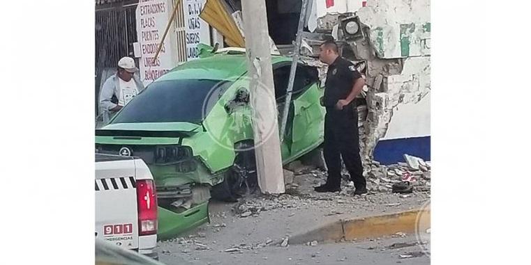 Destroza su mustang al estrellarse contra muro de farmacia en Juárez